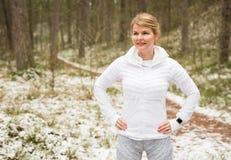 Donna pronta per l'allenamento di inverno in foresta Fotografia Stock Libera da Diritti