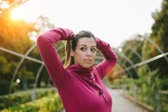 Donna pronta per l'esercitazione all'aperto in autunno Fotografia Stock Libera da Diritti