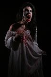 Donna psicotica dell'emorragia in un'immagine di tema di orrore Fotografie Stock Libere da Diritti