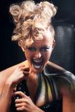 Donna punk aggressiva che grida alla macchina fotografica fotografia stock libera da diritti