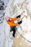 Donna rampicante del ghiaccio Immagine Stock