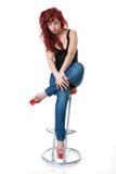 Donna Red-haired in corsetto e blue jeans neri Immagine Stock