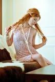 Donna Red-haired in una collana della perla. Fotografia Stock Libera da Diritti