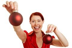 Donna Redhaired con l'albero di Natale Fotografie Stock Libere da Diritti