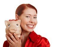 Donna Redhaired con la banca piggy Fotografia Stock