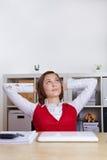 Donna Relaxed che osserva pensively in su Fotografie Stock Libere da Diritti