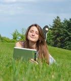 Donna Relaxed che per mezzo di un ridurre in pani Fotografie Stock Libere da Diritti