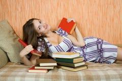 Donna Relaxed con i libri Fotografia Stock