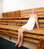 Donna Relaxed nella sauna della stazione termale Immagini Stock Libere da Diritti