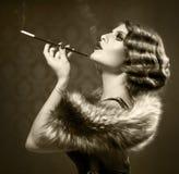 Donna retro di fumo Immagini Stock Libere da Diritti