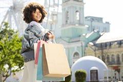 Donna riccia allegra le che ostenta i sacchetti della spesa fotografie stock libere da diritti