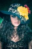 Donna riccia castana sulla parete naturale delle foglie verdi Fotografia Stock