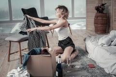Donna riccia con i vestiti d'imballaggio dei capelli di scarsità di ex ragazzo immagini stock libere da diritti