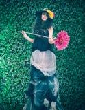 Donna riccia sulla parete naturale delle foglie verdi Concetto della sorgente Fotografia Stock Libera da Diritti