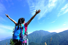 Donna riconoscente di scalata di montagna Fotografie Stock