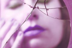 Donna riflessa in specchio rotto Immagine Stock