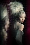 Donna rigorosa nella neve con i grandi capelli. fotografia stock libera da diritti