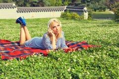 Donna rilassata che ascolta la musica con le cuffie Fotografia Stock Libera da Diritti
