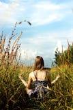 Donna rilassata che fa yoga nel campo soleggiato Fotografie Stock Libere da Diritti