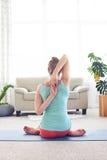 Donna rilassata che medita con le mani in parte posteriore della serratura dietro Immagini Stock