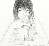 Donna rilassata con il vino di fiuto di vetro Immagini Stock