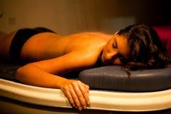 Donna rilassata di menzogne durante il trattamento della stazione termale. Fotografie Stock Libere da Diritti