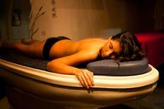 Donna rilassata di menzogne durante il trattamento della stazione termale. Immagine Stock Libera da Diritti