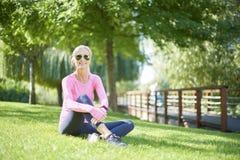 Donna rilassata dopo avere corso all'aperto Fotografia Stock