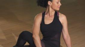 Donna rilassata splendida felice che esercita seduta nel sorridere di posizione di asana di yoga stock footage