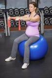 Donna risoluta che si esercita sulla palla di forma fisica Fotografia Stock Libera da Diritti