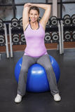 Donna risoluta che si esercita sulla palla di forma fisica Fotografie Stock Libere da Diritti