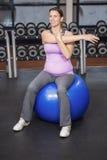 Donna risoluta che si esercita sulla palla di forma fisica Immagine Stock Libera da Diritti