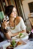 Donna in ristorante Fotografie Stock Libere da Diritti