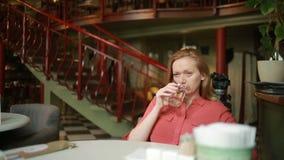 Donna in ristorante in attesa di acqua potabile stock footage