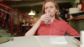 Donna in ristorante in attesa di acqua potabile archivi video