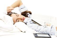Donna ritenuta addormentata sotto un giornale con il rea del ebook Fotografia Stock Libera da Diritti