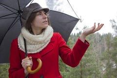 Donna in rivestimento rosso Fotografia Stock Libera da Diritti