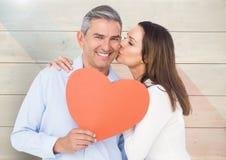 Donna romantica che bacia sulla guancia di forma del cuore della tenuta dell'uomo Fotografia Stock Libera da Diritti