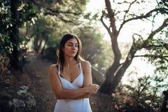 Donna romantica che gode della passeggiata nella natura su una mattina soleggiata La femmina spensierata conscia nello sforzo di  fotografia stock