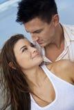 donna romantica dell'uomo delle coppie della spiaggia Immagine Stock