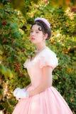 Donna romantica e affascinante in un vestito da sera nei sogni di amore immagini stock libere da diritti