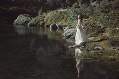 Donna romantica e lago alpino Fotografia Stock Libera da Diritti