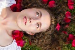 Donna romantica in petali rosa Fotografie Stock Libere da Diritti