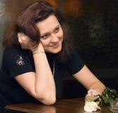 Donna romantica in un caffè fotografie stock