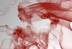 Donna rossa del fumo Fotografie Stock Libere da Diritti