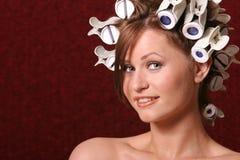 Donna in rulli dei capelli Fotografie Stock