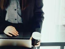 Donna 30s di affari a 40s in vestito nero pieno con la mini gonna d fotografia stock