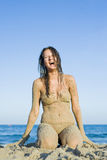 Donna sabbiosa alla spiaggia Fotografia Stock Libera da Diritti