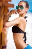 Donna sabbiosa sexy sulla spiaggia tropicale Immagine Stock Libera da Diritti
