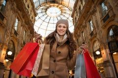 Donna in sacchetti della spesa di mostra di Vittorio Emanuele II di galleria Fotografia Stock